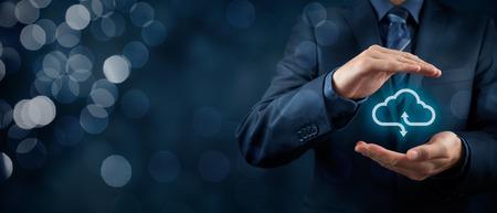 Koncepcja cloud computing service - połączyć się z chmurą. Biznesmen oferuje usługi cloud computing reprezentowana przez ikonę. Szeroki banner skład i bokeh w tle. Zdjęcie Seryjne