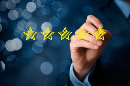 Rever, aumentar classificação ou ranking, avaliação e conceito de classificação. Empresário desenhar cinco estrelas amarelas para aumentar a classificação de sua empresa. Bokeh no fundo