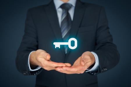 Solution clé en main et des services concept. Homme d'affaires (consultant, entraîneur, dirigeant, chef de la direction ou une autre personne de l'entreprise) offrent la clé du succès. Banque d'images