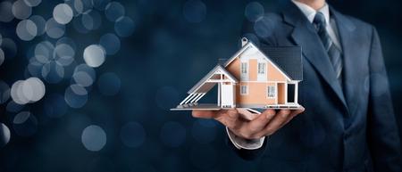 agente comercial: Oferta del agente inmobiliario casa representada por el modelo. Composición de la bandera de ancho, con el fondo del bokeh.