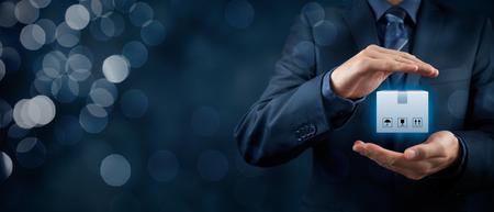 concetto delle merci (trasporto di carichi) assicurazione. Uomo d'affari con gesto protettivo e pacco assicurato. Ampia la composizione di banner con bokeh in background.