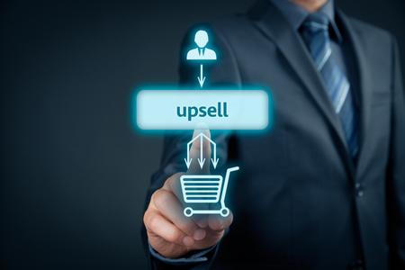Upsell on-line (e-shop) marketing concept. Sales techniek voor meer winstgevende verkoop. Zakenman klik op de knop upsell.