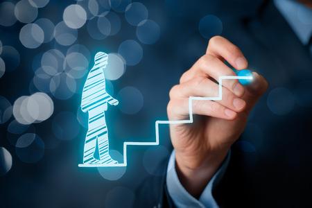 El desarrollo personal, crecimiento personal y de la carrera, el éxito, el progreso y conceptos potenciales. El entrenador (oficial de recursos humanos, el supervisor) empleado ayuda con su crecimiento simbolizado por las escaleras, bokeh en el fondo.