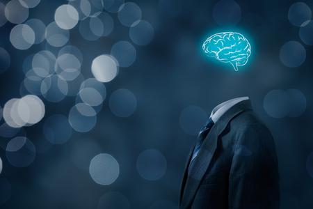 El líder piensa en los negocios, la creatividad, la visión empresarial y el concepto de cazatalentos. Empresario sin cabeza solo con cerebro, bokeh en segundo plano. Foto de archivo
