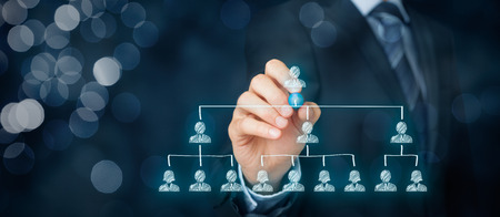 CEO, leiderschap en corporate hiërarchie concept - recruiter compleet team met één leider persoon (CEO). Brede samenstelling van de banner met bokeh op de achtergrond.