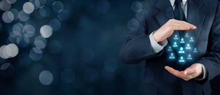 empleados trabajando: La atenci�n al cliente, la atenci�n de los empleados, seguros de vida y conceptos de segmentaci�n de marketing. Proteger gesto del empresario o del personal y los iconos de grupo de personas que representan. Composici�n de la bandera de ancho, con el fondo del bokeh.