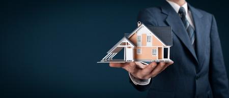 agente comercial: Oferta del agente inmobiliario casa representada por el modelo. composición de la bandera de ancho.
