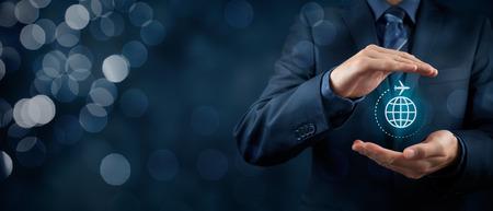 Assicurazioni di viaggio e concetti di viaggio d'affari. Agente di assicurazione o uomo d'affari con gesto protettivo e icona di aereo e globo. Ampia composizione banner con bokeh in background.
