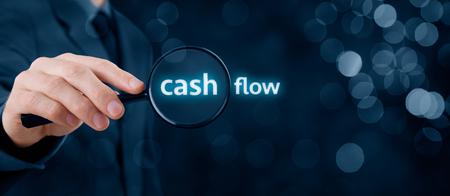flujo: Centrarse en el flujo de caja y la auditoría de cuentas concepto. El hombre de negocios (auditor) analizar el flujo de dinero en efectivo. composición de la bandera de ancho con el bokeh en segundo plano.