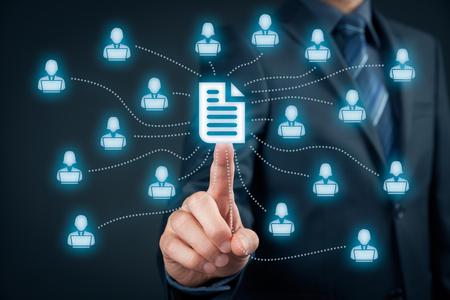 dati aziendali sistema di gestione (DMS) e concetto di sistema di gestione dei documenti. Imprenditore click (o pubblicare) il documento collegato con gli utenti aziendali che lavora su notebook con diritti di accesso.