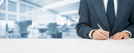 実業家契約を締結、契約、住宅ローン、保険または別のドキュメント。広い背景でオフィスを持つ組成をバナーします。