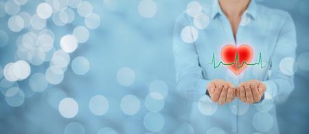 Bescherming van de gezondheid (zorg) en hartproblemen preventie (cardiologie) concept. Cardioloog met beschermende gebaar en symbool van het hart en ECG hartslag, brede samenstelling van de banner met bokeh op de achtergrond. Stockfoto
