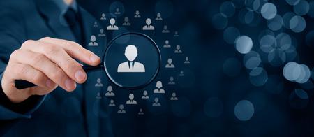 lider: recursos humanos, CRM, minería de datos y el concepto de las redes sociales - Oficial buscando empleado representado por el icono. La discriminación de género en la selección de los empleados. composición de la bandera de ancho con el bokeh en segundo plano.