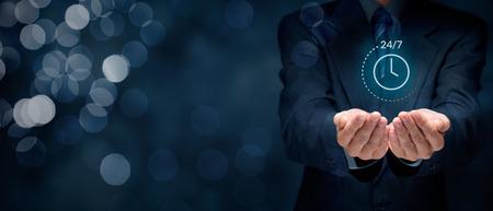sin parar en todo el mundo (a tiempo completo, 24/7) concepto de servicio. la mano del hombre de negocios con el símbolo de 24/7 en servicio en todo el mundo. Foto de archivo
