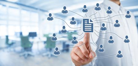 système de données d'entreprise de gestion (DMS) et le concept de système de gestion de document. Homme d'affaires publier le document en rapport avec les utilisateurs professionnels travaillant sur les ordinateurs portables avec des droits d'accès, de bureau en arrière-plan.