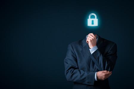 Polityka prywatności i pojęcia danych osobowych. Biznesmen z symbolem kłódki zamiast głowy.