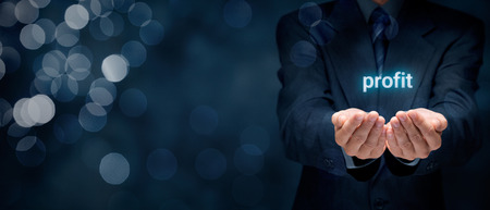 incremento: Aumentar el concepto de beneficio. El hombre de negocios que da la solución para aumentar sus ganancias.
