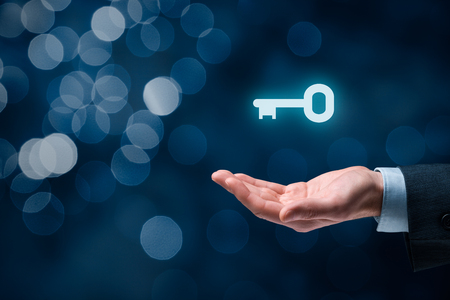 Biznesmen (konsultant, trener, kierownik, dyrektor czy inny przedsiębiorca) oferują klucz do sukcesu. Rozwiązanie pod klucz oraz usługi pojęcie, bokeh w tle.