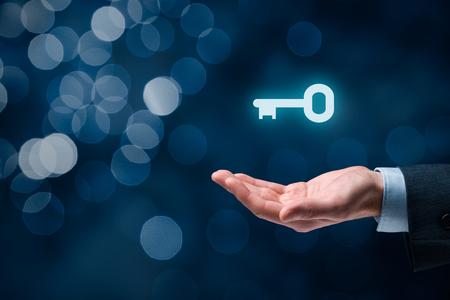claves: El hombre de negocios (consultor, entrenador, líder, CEO u otra persona de negocios) ofrecen la clave del éxito. solución llave en mano y el concepto de servicios, bokeh en el fondo.