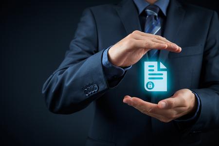 document management: sistema de gesti�n de datos corporativos (DMS) y el concepto de privacidad. Hombre de negocios con gesto protector y asegurado documento (protegida) en la mano.