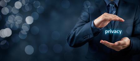 privacidad: Privacidad concepto de política. Hombre de negocios con gesto protector y el texto privacidad en las manos. composición de la bandera de ancho con el bokeh en segundo plano.