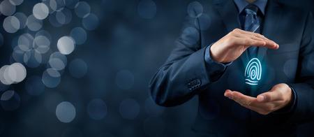 Politique de confidentialité et les concepts de sécurité. Protéger votre individualité dans les affaires. Homme d'affaires avec un geste de protection et d'empreintes digitales dans les mains. Composition de la bannière large avec bokeh en arrière-plan. Banque d'images