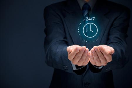 nonstop Worldwide (à temps plein, 24/7) concept de service. Homme d'affaires avec la main sur le symbole de service 24/7 dans le monde entier. Composition de la bannière large avec bokeh en arrière-plan. Banque d'images