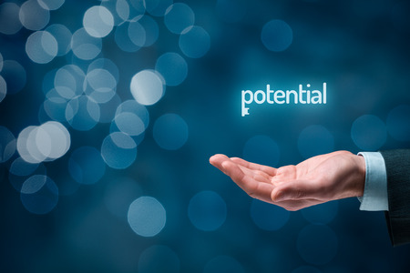 Schalte Potenzial - Motivations-Konzept. Geschäftsmann mit dem Symbol des Schlüssels mit Text Potential auf der Hand verbunden. Bokeh im Hintergrund. Standard-Bild