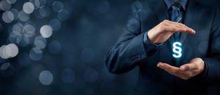 Avocat (avocat, juriste) aider à protéger les droits. Droit représenté par le symbole de paragraphe. Banque d'images