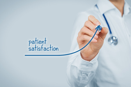 Médico concepto mejorar la satisfacción del paciente y un mejor acceso a la inspección médica y la atención sanitaria. médico quiere aumentar el número de clientes satisfechos (pacientes). Foto de archivo