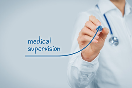 supervisi�n: Better access to medical and healthcare supervision concept. Doctor (medical practitioner) want to increase number of patients with medical healthcare supervision and health insurance.