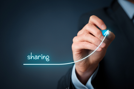 economia: Compartiendo la economía va en aumento. El hombre de negocios dibujar gráfico cada vez mayor con el uso compartido.