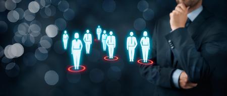 Doelgroep (marketing) concept. Zakenman na te denken over de doelgroep en klanten. Brede samenstelling van de banner met bokeh op de achtergrond.