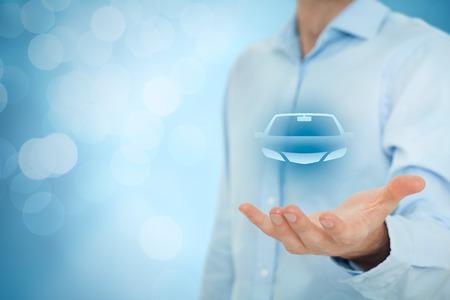 Huurauto of carsharing service concept. Zakenman met het geven van gebaar en het pictogram van de auto, bokeh op de achtergrond. Stockfoto