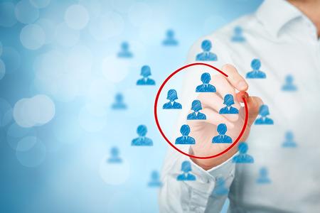 マーケティング セグメンテーション、ターゲット市場、ターゲット、顧客ケア、顧客関係管理 (CRM)、人材募集・顧客分析の概念、背景のボケ味。