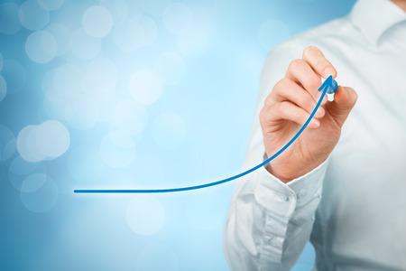 Sviluppo, la crescita e il miglioramento concetti. la crescita piano di uomo d'affari e aumento di indicatori positivi nel suo business, quali l'efficienza, la produttività, la valutazione, le entrate e il successo.