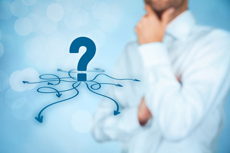 signo de pregunta: La toma de decisiones (decisiones de gesti�n)? seleccionar la mejor manera de hacer negocios (oportunidad, la estrategia) para el futuro, bokeh en el fondo. Foto de archivo