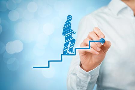 superacion personal: el desarrollo personal, crecimiento personal y profesional, el progreso y conceptos potenciales. El entrenador (oficial de recursos humanos, el supervisor) motivar a los empleados para el crecimiento, bokeh en el fondo.