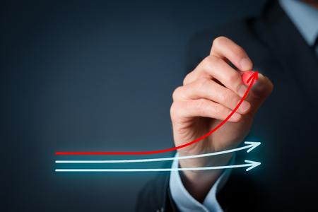 Concepto de benchmarking y líder del mercado. Gerente (empresario, entrenador, liderazgo) dibuja un gráfico con tres líneas, una de ellas representa la mejor compañía de la competencia.