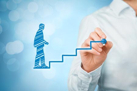 Persoonlijke ontwikkeling, persoonlijke en carrière groei, succes, vooruitgang en mogelijke concepten. Coach (human resources officer, supervisor) hulp werknemer met zijn groei gesymboliseerd door trappen, bokeh op de achtergrond.