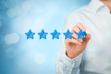 Revisión, aumento de la calificación o clasificación, evaluación y concepto de clasificación. Empresario dibujar cinco estrellas amarillas para aumentar la calificación de su empresa. Bokeh en el fondo.