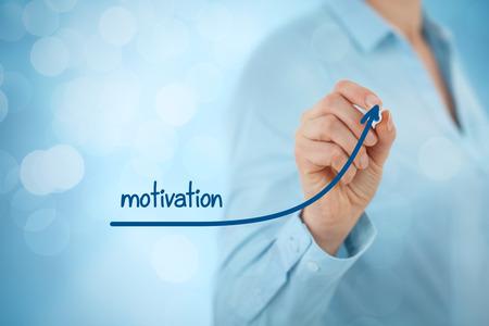 superacion personal: El hombre de negocios, consultor o agente de recursos humanos le dan una motivación para el crecimiento (desarrollo personal).