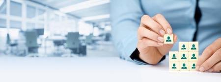 recursos humanos, redes sociales y el concepto de centro de evaluación - reclutador equipo completo de una persona (empleado), representado por el icono. composición de la bandera de ancho, con oficinas en el fondo. Foto de archivo