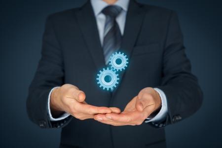 maquinaria: Concepto de la ayuda. Hombre de negocios con engranajes, símbolo de la solución, el apoyo, la cooperación y la ingeniería. Foto de archivo