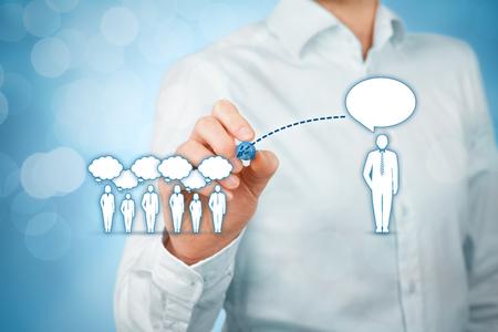 영향력 자, 오피니언 리더, 팀 리더, CEO 및 다른 비즈니스 선도 개념. 오피니언 리더는 사람들, 특히 고객의 의견에 영향을 줄 수있는 힘을 가지고 있습