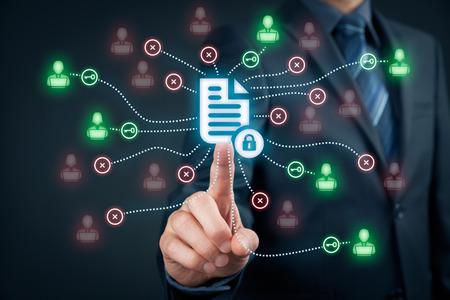gestion documental: sistema de gestión de datos corporativos (DMS) y el sistema de gestión de documentos con el concepto de privacidad tema. El hombre de negocios clic (o publicar) el documento protegido conectados con los usuarios, los derechos de acceso simbolizados por llave.