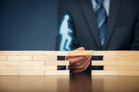 顧客ケアとサポート (ヘルプ) 生命保険の概念ビジネスマンは、障害を克服するために企業支援 (サポート) 顧客 (クライアント) を表します。スマートでシンプルなソリューションで問題解決。