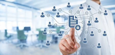 Unternehmensdaten-Management-System (DMS) und Dokumenten-Management-System mit der Privatsphäre Thema Konzept. Geschäftsmann Klick (oder zu veröffentlichen) auf geschützten Dokument verbunden mit Benutzern, Zugriffsrechte durch Schlüssel, Büro im Hintergrund symbolisiert.