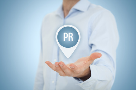 relaciones publicas: relaciones públicas (PR) de concepto. Servicios de agencias de relaciones públicas de la oferta del hombre de negocios. Foto de archivo