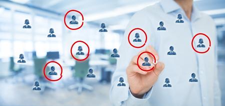 마케팅 세분화, 타겟 고객, 고객의 관심, 고객 관계 관리 (CRM), 인적 자원, 고객 분석 및 포커스 그룹 개념. 와이드 배너 조성, 배경 사무실.